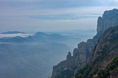 Collina di Montserrat fra le nuvole vicino a Barcellona in Spagna Immagine Stock Libera da Diritti