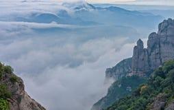 Collina di Montserrat fra le nuvole vicino a Barcellona in Spagna Fotografia Stock Libera da Diritti