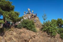Collina di pietra incoronata con tre incroci Immagine Stock Libera da Diritti