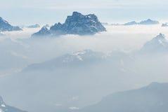 Collina di punta superiore della montagna sopra le nuvole e l'antenna della nebbia Fotografie Stock Libere da Diritti