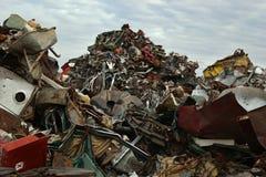Collina di rifiuti nell'iarda dei rifiuti metallici Fotografia Stock