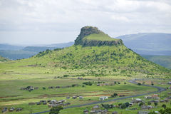 Collina di Sandlwana o Sfinge con il villaggio in priorità alta, la scena del sito zulù anglo di battaglia del 22 gennaio 1879 La Immagine Stock