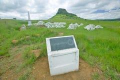 Collina di Sandlwana o Sfinge con le tombe dei soldati in priorità alta, la scena del sito zulù anglo di battaglia del 22 gennaio Fotografia Stock Libera da Diritti