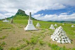 Collina di Sandlwana o Sfinge con le tombe dei soldati in priorità alta, la scena del sito zulù anglo di battaglia del 22 gennaio Fotografie Stock Libere da Diritti