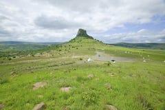 Collina di Sandlwana o Sfinge con le tombe dei soldati in priorità alta, la scena del sito zulù anglo di battaglia del 22 gennaio Immagine Stock Libera da Diritti