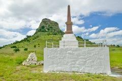 Collina di Sandlwana o Sfinge con le tombe dei soldati in priorità alta, la scena del sito zulù anglo di battaglia del 22 gennaio Immagini Stock
