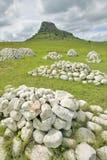 Collina di Sandlwana o Sfinge con le tombe dei soldati in priorità alta, la scena del sito zulù anglo di battaglia del 22 gennaio Immagini Stock Libere da Diritti