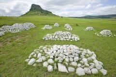 Collina di Sandlwana o Sfinge con le tombe dei soldati in priorità alta, la scena del sito zulù anglo di battaglia del 22 gennaio Fotografie Stock