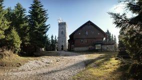 Collina di Zaly con la torre dell'allerta, Krkonose, repubblica Ceca Immagine Stock
