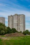 Collina e palazzina di appartamenti al suolo Fotografia Stock Libera da Diritti