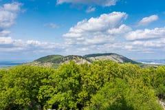 Collina, la repubblica Ceca di Palava, collina della foresta e cielo blu con le nuvole bianche fotografia stock