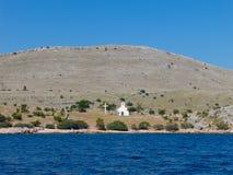 Collina nell'isola Croazia di Kornati con la chiesa immagini stock