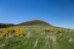 Collina scozzese contro chiaro cielo blu Fotografia Stock Libera da Diritti