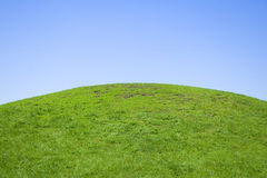 Collina verde e cielo blu Fotografie Stock