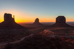 Colline ad ovest e di est del guanto e Merrick Butte ad alba, parco tribale navajo della valle del monumento sul confine dell'Ari immagine stock libera da diritti
