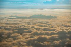 Colline aumentate a partire dalla mattina di alba della nebbia bella Fotografia Stock