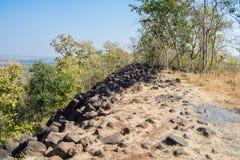 Colline avec des formations de roche basiques de colonne Inde photo stock