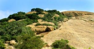 Colline avec le paysage de ciel du complexe sittanavasal de temple de caverne Photo libre de droits