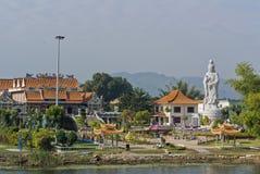 Colline avec les arbres verts et statue de Guan Yin. photographie stock libre de droits