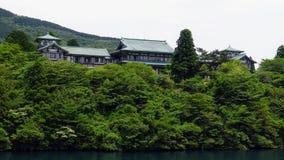 Colline avec les bâtiments japonais antiques Image libre de droits