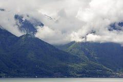 Colline boscose coperte di nuvole dense Immagine Stock