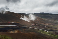 Colline con i tubi d'argento della centrale elettrica di energia geotermica, Krafla, Immagini Stock Libere da Diritti