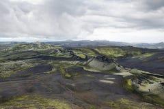 Colline coperte di cenere nera e di muschio verde a Lakagigar, Icelan Fotografie Stock Libere da Diritti