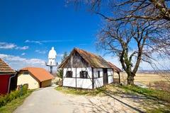 Colline cottage di Zagorje e statua della st Vinko Fotografia Stock