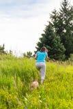 Colline de montée de femme et de chien Photos libres de droits