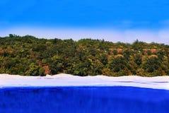 Colline de paysages et photo naturelles de lac là ont le ciel bleu Image libre de droits