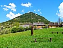 Colline de Sidorovo au-dessus de Vlkolinec Vlkolinec a été enregistré dans la liste d'héritage culturel et naturel du monde de l' images stock