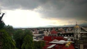 Colline de Tepeyac, Mexico, Mexique Paysage urbain avec le temple et la plaza expiatoires banque de vidéos