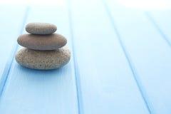 Colline de trois pierres blanches sur une table bleue Photo libre de droits