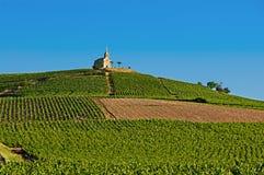 Colline de village de Fleurie pendant, Beaujolais, France Image stock