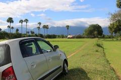 Colline de voiture et beau ciel bleu Photographie stock