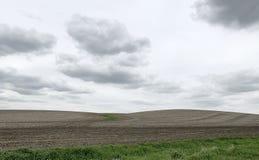 Colline dell'azienda agricola sull'orizzonte nella campagna dello Iowa immagini stock libere da diritti
