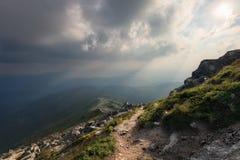 Colline della montagna al tramonto nuvoloso Fotografia Stock