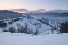 Colline della montagna di inverno ad alba Immagine Stock Libera da Diritti