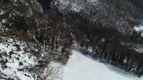 Colline della montagna di Kalnik nell'ambito del metraggio dell'antenna di inverno della neve stock footage