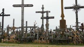 Colline des croix dans le tir panoramique de chariot de la Lithuanie banque de vidéos