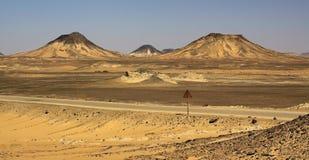 Colline in deserto nero con la sabbia gialla e nera immagine stock