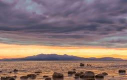 Colline di Arran e una spiaggia rocciosa nella sera Fotografia Stock Libera da Diritti