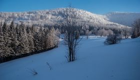 Colline di hora congelato di Lysa e di Luksinec da Butoranka in montagne di Moravskoslezske Beskydy in repubblica Ceca Immagini Stock Libere da Diritti