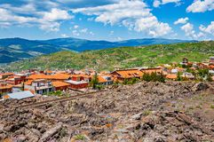 Colline di lava e del villaggio dal vulcano di Etna Fotografia Stock