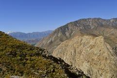 Colline e montagne, Kadamzhai, Kirghizistan Immagini Stock