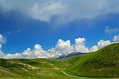 Colline e montagne vicino alla città di Khaidarkan Immagine Stock Libera da Diritti