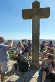 Colline en pierre couronnée avec la croix Photographie stock