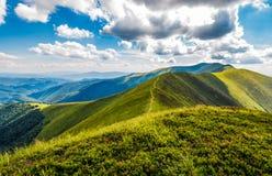 Colline erbose verdi adorabili della cresta della montagna immagine stock