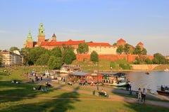 Colline et fleuve Vistule royaux de château de Cracovie Wawel Photographie stock libre de droits