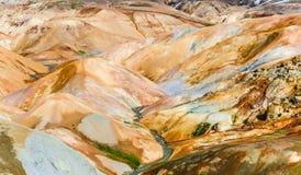 Colline geotermiche variopinte del giacimento della sorgente di acqua calda in Kerlingafjoll, ghiaccio Fotografie Stock